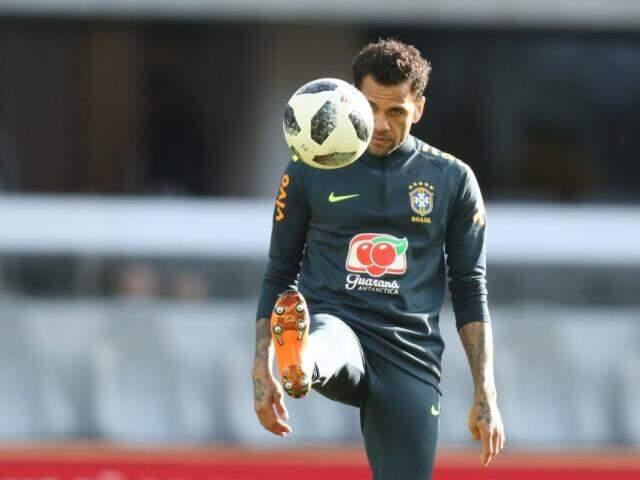 Lateral Daniel Alves machucou joelho direito e está fora do Mundial (Foto: Lucas Figueiredo/CBF)