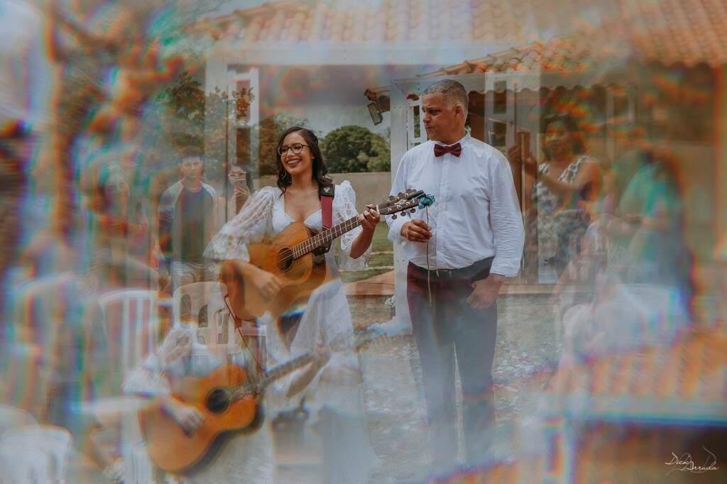 Noiva entrou tocando violão. (Foto: Dick Arruda)