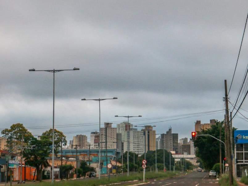 Céu amanheceu encoberto por nuvens e previsão é de chuva (Foto: Henrique Kawaminami)