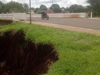 A erosão próximo a calçada oferece riscos aos moradores do local. (Foto: Direto das Ruas)