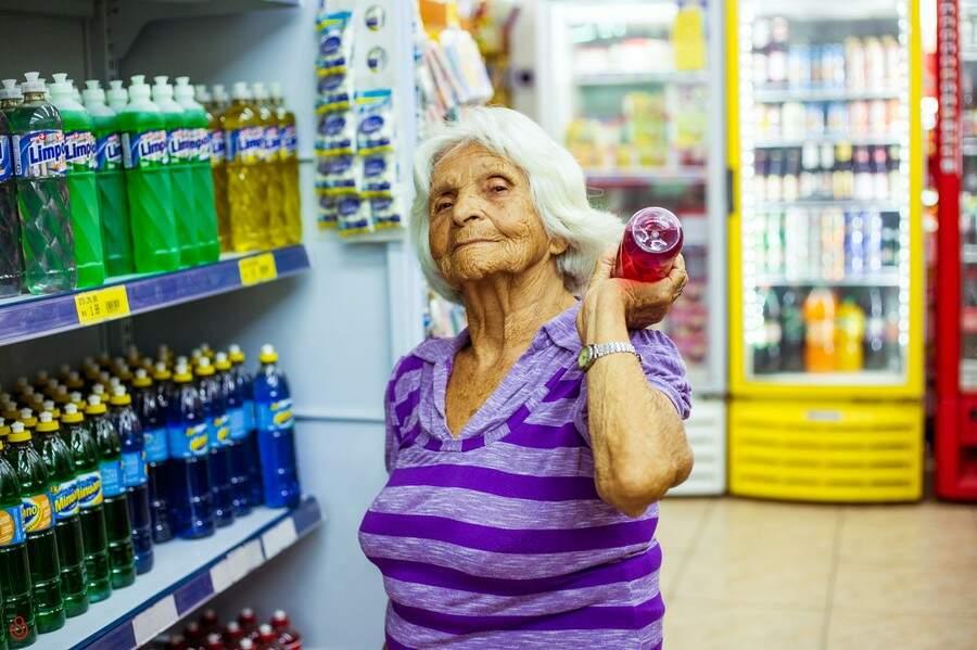 Maria não se conteve em posar com os detergentes. (Foto: Stephanie Gomes)