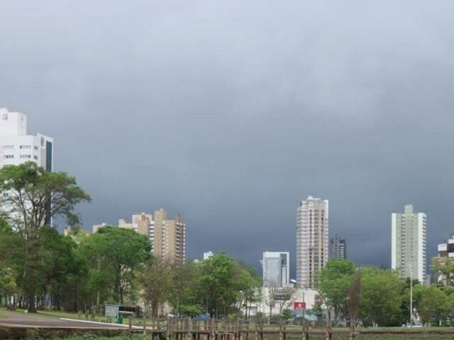 Campo Grande amanheceu com céu nublado nesta quinta-feira. (Foto: Marcos Maluf)