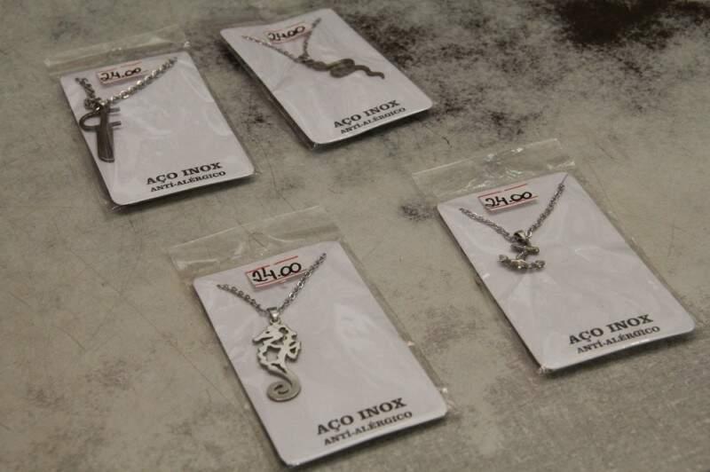 Os pingentes de aço trazem os símbolos dos orixás da umbanda. (Foto: Marcos Ermínio)