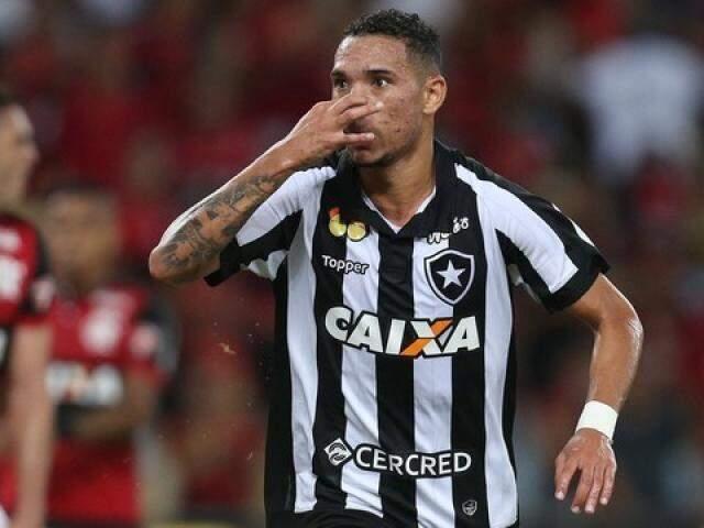"""Luiz Fernando comemorou com a mão no nariz em referência ao """"cheirinho do hepta"""". (Foto: Vitor Silva/SSPress/BFR/GE)"""