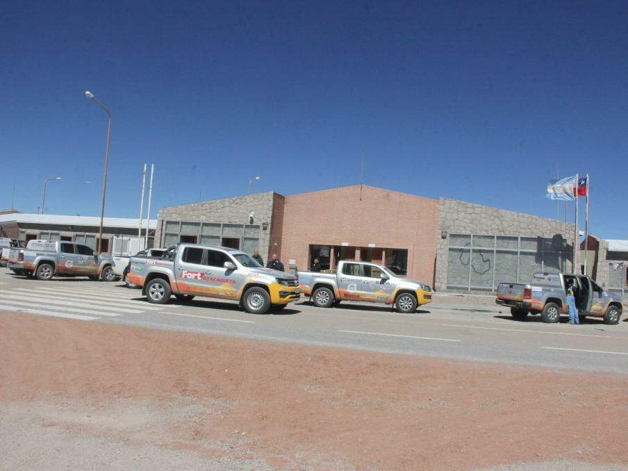 Caminhonetes da caravana estacionadas em ponto próximo a fronteira da Argentina com o Chile (Foto: Sílvio Andrade)
