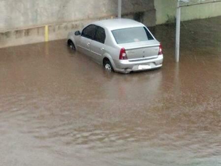 Basta chover que o local fica alagado. (Foto: WhatsApp)