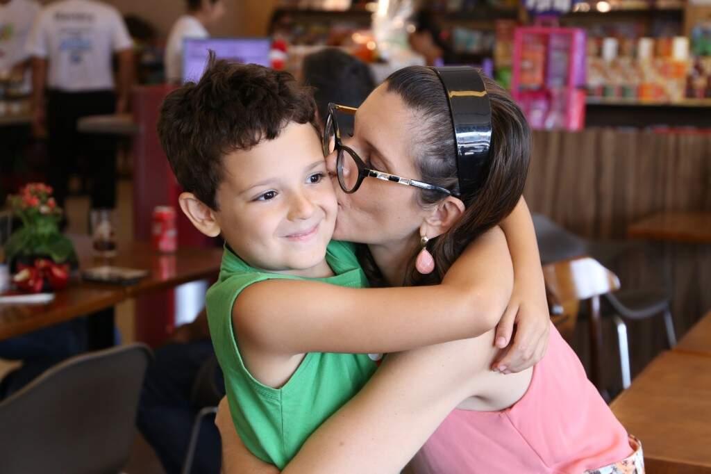 Gabriel acompanha a mãe em reuniões de venda desde pequeno (Foto: Kísie Ainoã)