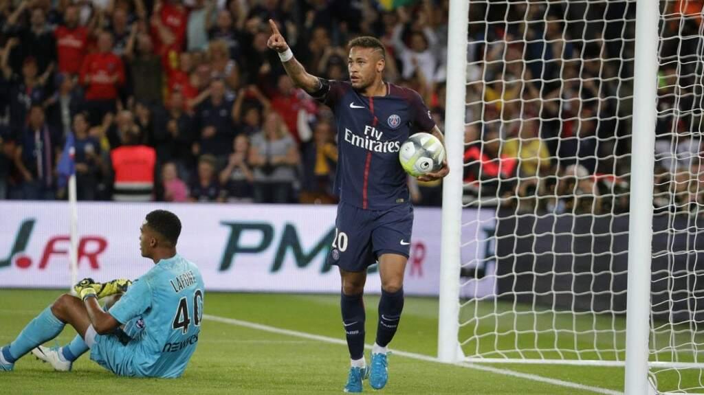 Neymar comemora após marcar gol pelo PSG. (Foto: C.Gavelle/PSG)