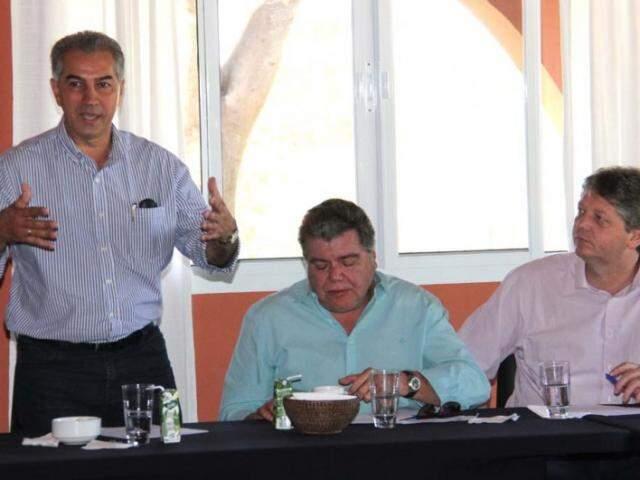 Ministro Sarney Filho - sentado entre Reinaldo e o secretário Jaime Verruck, também assinou acordo. (Foto: Divulgação)