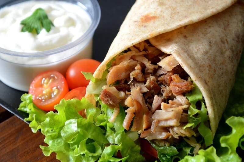 Das especiarias turcas, o prato chega à mesa em forma de cone, recheado de lascas da carne, saladas e o molho. (Fotos: Luciana Mira)