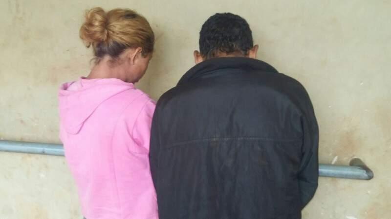 Tiago e Daiane, presos em flagrante após furto de frangos (Foto: Osvaldo Duarte)