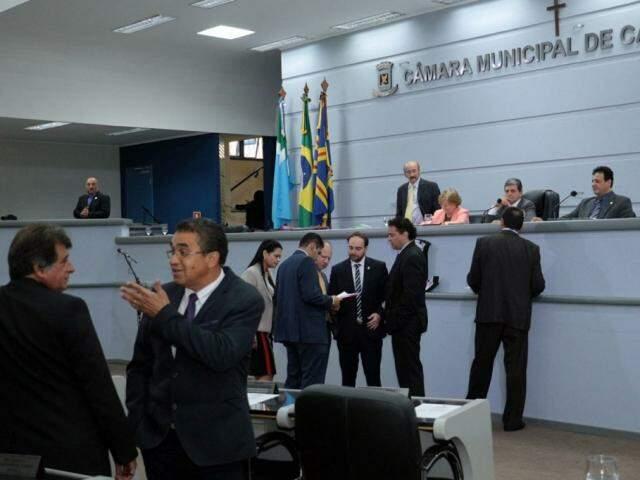 Vereadores debatem projetos de lei no plenário da Câmara Municipal (Foto: Divulgação)