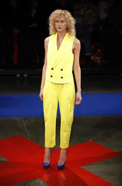 Conjunto amarelo, com sapato colorido potencializando a cor.