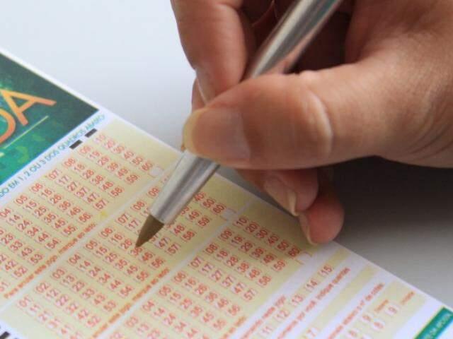 Apostador marcando os números da sorte. (Foto: Arquivo)