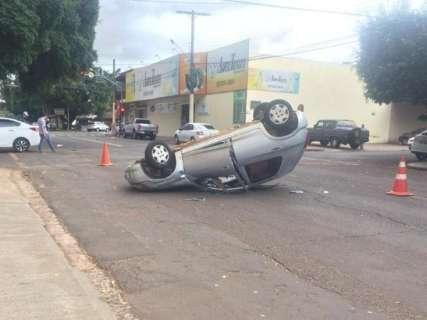 Celta é atingido por HB20 e capota em cruzamento na Vila Gomes