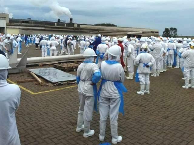 Funcionários do frigorífico no pátio da empresa após vazamento de amônia. (Foto: Direto das Ruas)