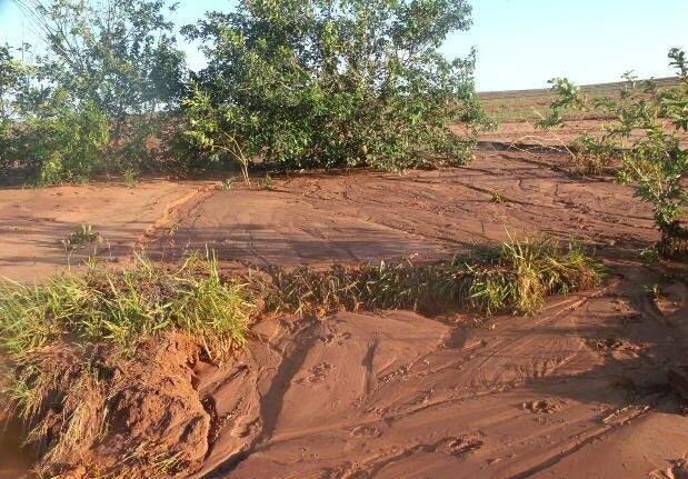 Erosão provocada por enxurrada que arrastou areia para afluente do Córrego Laranjal (Foto: Divulgação)