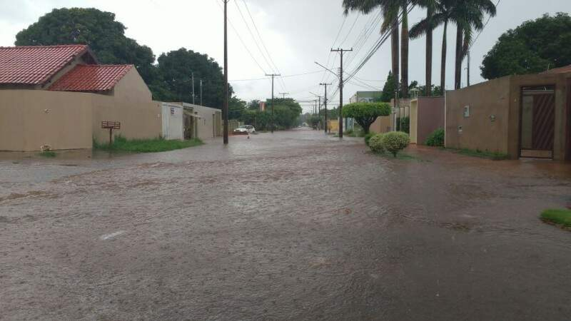 Rua Taquari, no Bairro Santo Antônio, durante temporal esta tarde. (Foto: Amanda Bogo)
