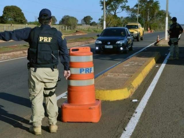 Policiais durante abordagens em rodovia de MS. (Foto: Divulgação/PRF)