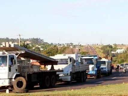 Após noite na estrada, caminhoneiros mantêm bloqueios em Dourados