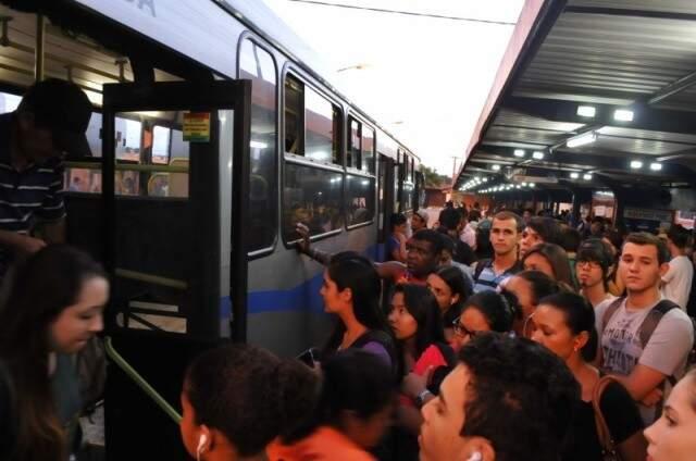 Usuários entrando em ônibus num dos terminais da Capital. (Foto: Arquivo)