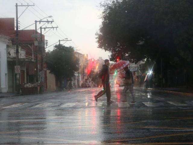 Correria no centro depende de guarda-chuva. (Foto: Henrique Kawaminami)