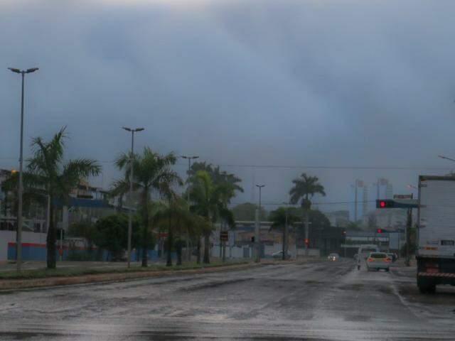 Céu nublado na manhã desta segunda-feira (3) visto pela avenida Fernando Correa da Costa (Foto: Henrique Kawaminami)