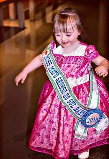 Aos 2 anos, Nicolly já coleciona 4 faixas em concursos de beleza (Foto: Acervo Pessoal)