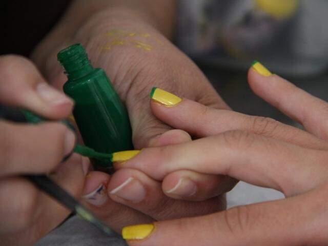 Salões apostam em cores e unhas artísticas para por até as unhas no clima da Copa. (Fotos: Marcos Ermínio)