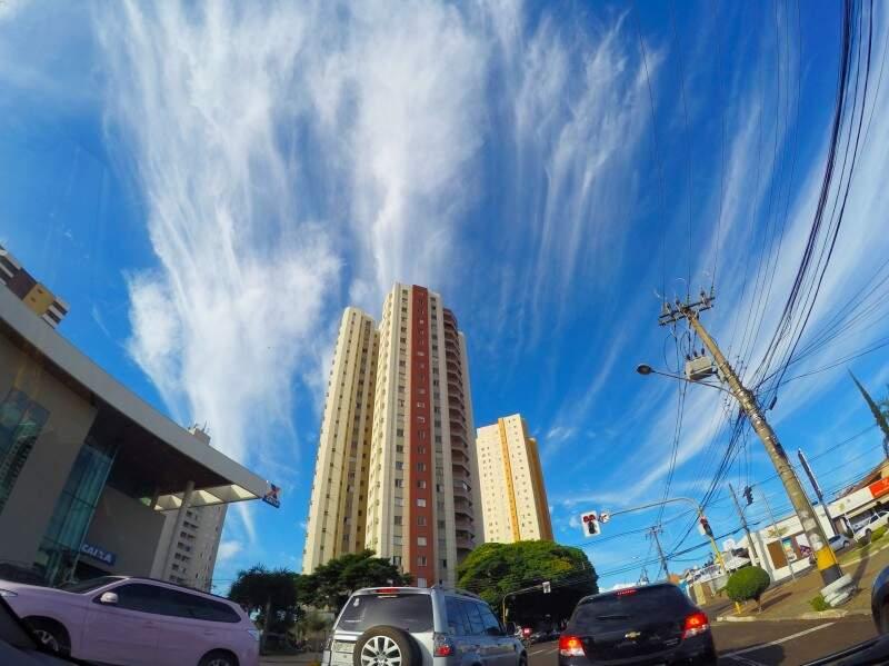 O dia amanheceu com céu claro na Capital. A temperatura pode chegar a 34ºC (Foto: Marcos Ermínio)