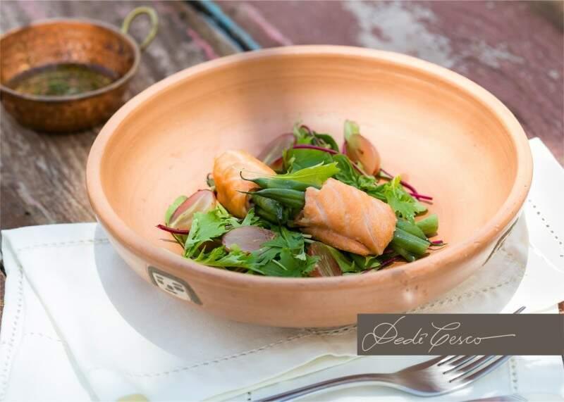 Salada com trouxinha de salmão.