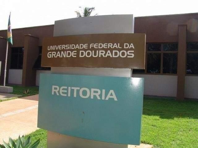 Prédio da reitoria da UFGD, na Rua João Rosa Góes; Justiça Federal suspendeu listra tríplice (Foto: Arquivo/Campo Grande News)