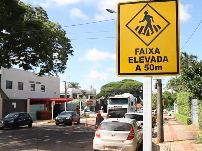 Trecho de rua onde há 2 escolas passa a ter travessia elevada
