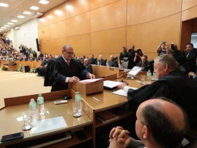 Desembargador Paschoal Carmello Leandro recebeu do colega, Divoncir Maran, o comando do Tribunal de Justiça do Estado. (Foto: TJMS/Divulgação)