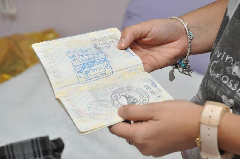 Passaportes colecionam carimbos. (Foto: Marcelo Callazans)