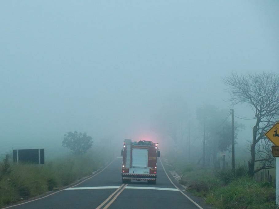 Viatura do Corpo de Bombeiros a caminho do acidente; na saída para Três Lagoas, muita neblina (Foto: Henrique Kawaminami)