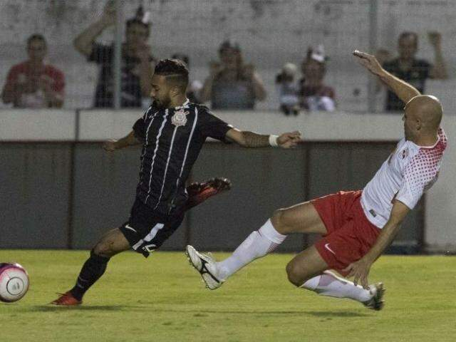 Disputa de bola durante a partida. (Foto: Daniel Augusto Jr. / Ag. Corinthians)