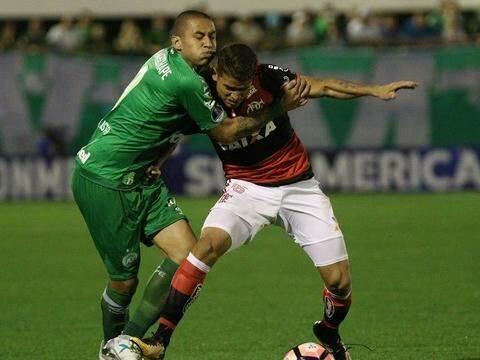 Jogadores em dividida durante partida realizada nesta quarta-feira (13) (Foto: Globo Esporte)