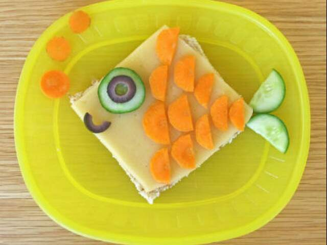 Sanduíche de queijo branco e pasta de atum.