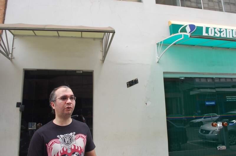 Cleber no endereço onde funcionou a Brink's relembra as histórias do local