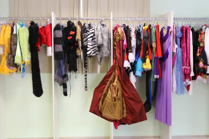 Além dos vestidos de festa, a loja tem fantasias disponíveis para o aluguel (Foto: Fernando Antunes)