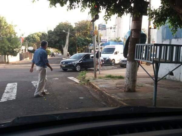 Carro parado longe da guia e em cima da faixa de pedestre na Rua Padre João Crippa ( Foto : Direto das ruas)