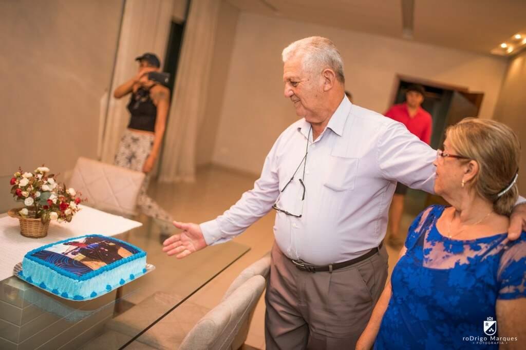 A surpresa ao ser ver no bolo, de farda.  (Foto: Rodrigo Marques)