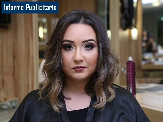 Corte long bob, tintura caramelo, alongamento de cílios, micropigmentação e uma maquiagem poderosa valorizam a beleza da mulher (Foto: Fernando Antunes)