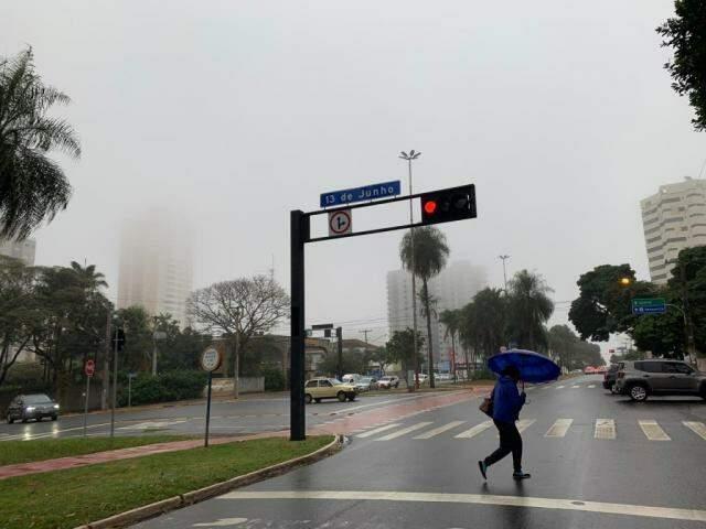 Neblina também no Centro de Campo Grande. (Foto: Direto das Ruas)