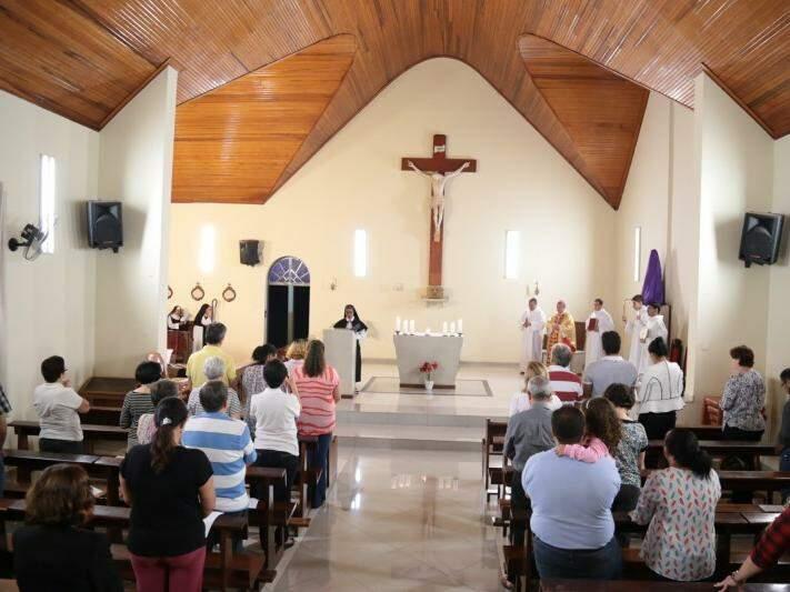 Cerca de 40 fiéis compareceram à capela do Mosteiro na noite desta quinta-feira (Foto: Alan Nantes)