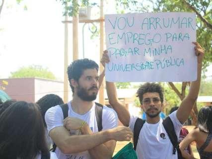 """Contra Future-se e cortes federais, protesto """"caça"""" reitor pela UFMS"""