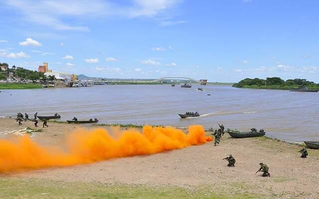 Marinha simulou retomada de território - (foto: Anderson Gallo/Diarionline)