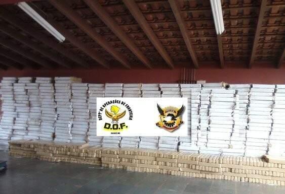 A carga de nove tolenadas de maconha apreendida neste domingo.