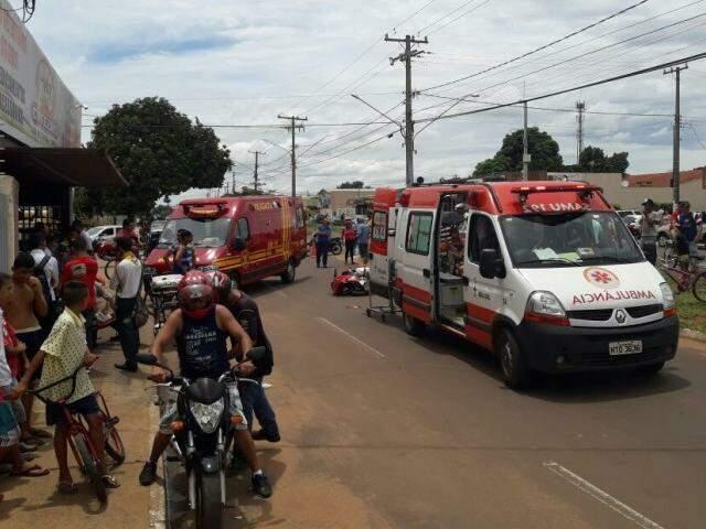 Ambulância e viatura dos Bombeiros foram ao local ajudar no socorro às vítimas (Foto: Thiago Ribeiro/Direto das Ruas)